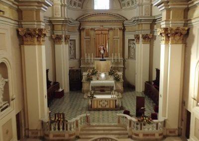 Ispezione interna di una chiesa con drone